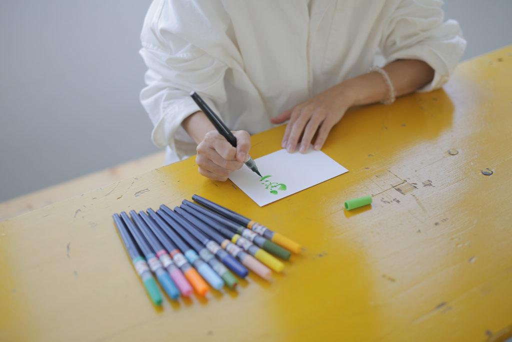 筆ペン字を書いている画像